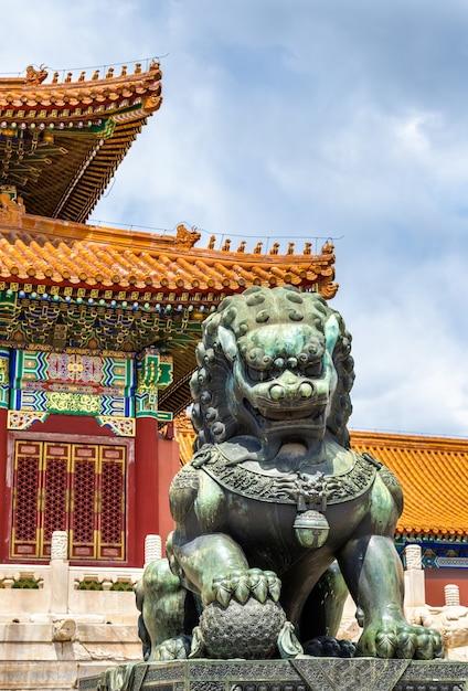 Brązowy Lew Przed Salą Najwyższej Harmonii W Zakazanym Mieście W Pekinie W Chinach Premium Zdjęcia