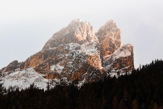 Brązowy Masywny Pokryte śniegiem Góry W Krajobrazie Darmowe Zdjęcia
