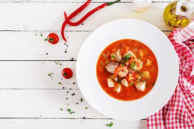 Brazylijskie jedzenie: moqueca capixaba z ryb i papryki Premium Zdjęcia