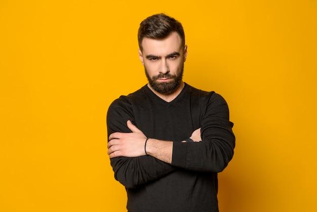 Brodaty mężczyzna pewność pozowanie na białym tle Premium Zdjęcia