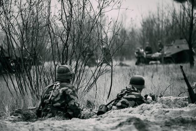 Broni Się Dwóch żołnierzy Wehrmachtu W Okopach Premium Zdjęcia
