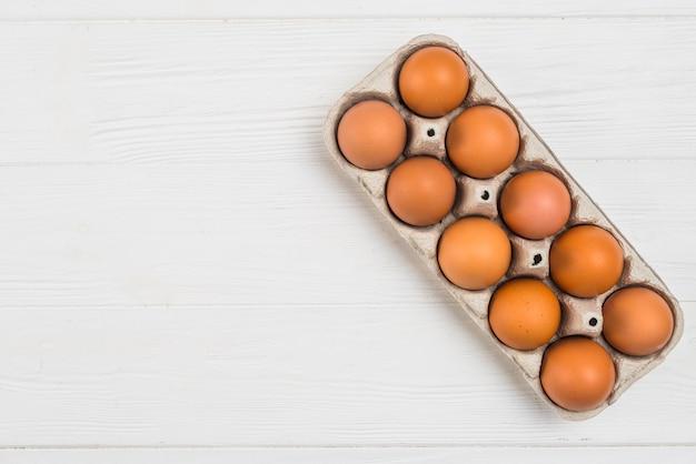 Brown kurczaka jajka w stojaku na stole Darmowe Zdjęcia