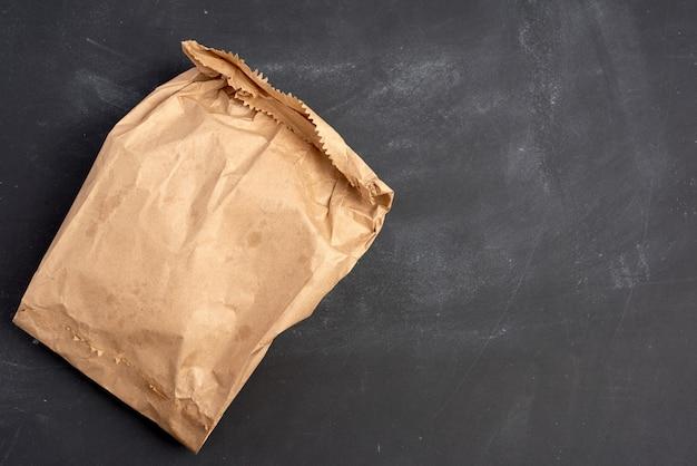 Brown Papierowa Torba Na Czarnym Tle, Odgórny Widok Premium Zdjęcia