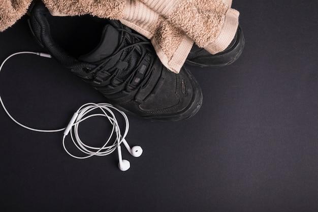 Brown Ręcznik Na Parze Buty Z Białym Uszatym Telefonem Na Czarnym Tle Darmowe Zdjęcia