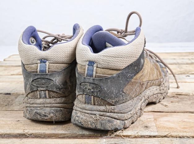 Brudne buty turystyczne Premium Zdjęcia