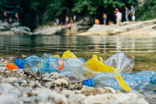 Brudne plastikowe butelki i torby, plastikowe w wodzie Premium Zdjęcia