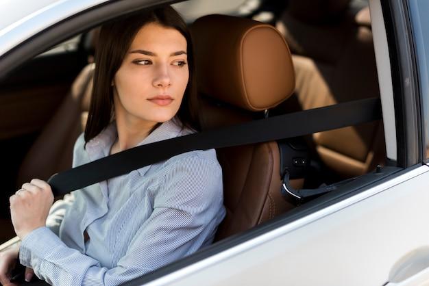 Brunetka Bizneswoman Wśrodku Samochodu Darmowe Zdjęcia