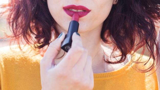 Brunetka blogger robi jej makijaż Darmowe Zdjęcia