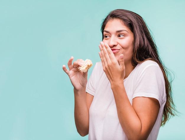 Brunetka dziewczynka jedzenie ciasta Darmowe Zdjęcia