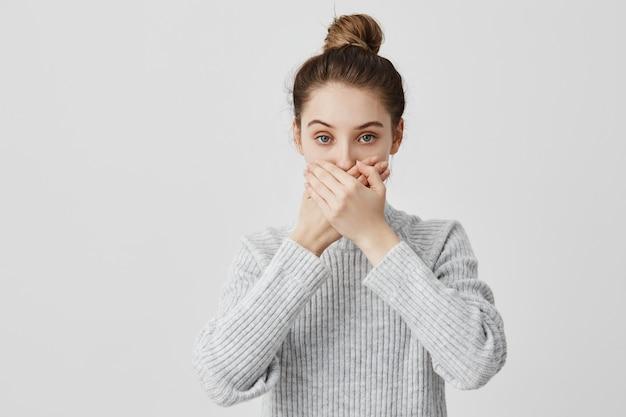 Brunetka Kobieta 30s Obejmujące Usta Obiema Rękami, Zachowując Ciszę. Wierna Koleżanka Obiecująca Nie Zdradzać Tajemnic. Ludzie, Koncepcja Postawy Darmowe Zdjęcia
