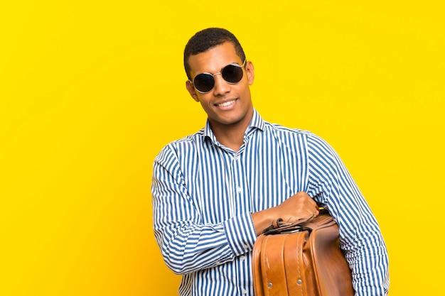 Brunetka mężczyzna trzyma rocznika teczki Premium Zdjęcia