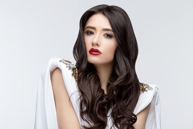Brunetki Azjatykcia Dziewczyna Z Długim Kędzierzawym Włosy Premium Zdjęcia