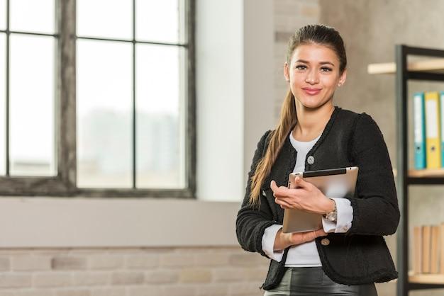 Brunetki Bizneswomanu Pozować Darmowe Zdjęcia