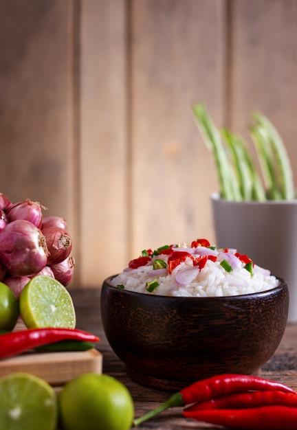 Brwi Ryżowego Korzennego Azjatykciego Jedzenie Z Warzywem I Chopstic Na Drewnianym Premium Zdjęcia