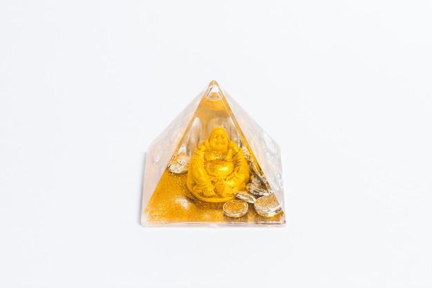 Buddha Statua W Szklanej Kolbie Na Białym Tle. Premium Zdjęcia