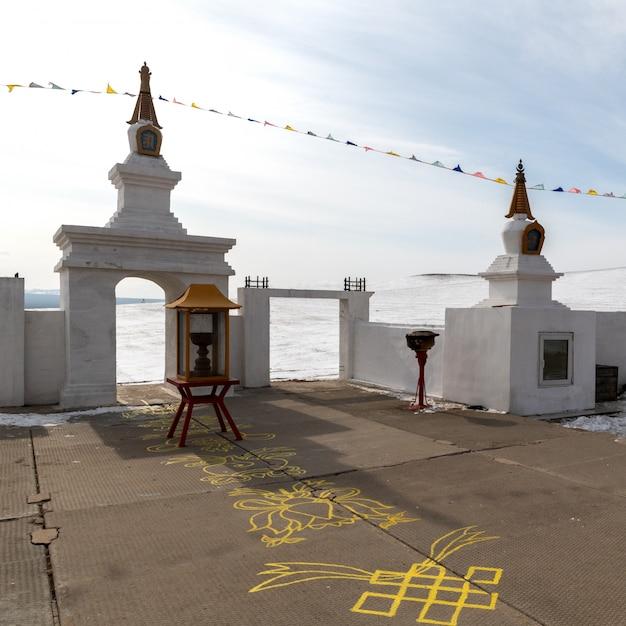 Buddyjski Modli Się Oświecenie W Zimie W Słonecznym Dniu Przy Ogoy Wyspą, Baikal Jezioro, Rosja Premium Zdjęcia