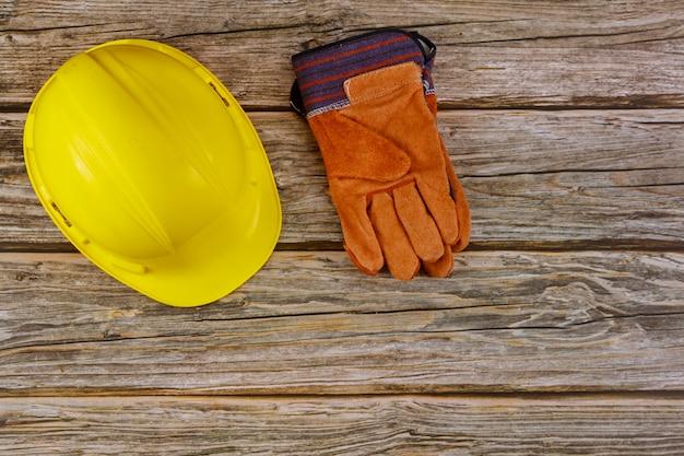 Budowa Ciężkiego Kapeluszu Zbawcze Ochronne Ochronne Rękawiczki Na Drewnianym Tle Premium Zdjęcia