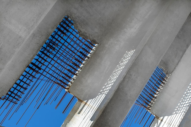 Budowa Mostu. Bloczki Betonowe Ze Wzmocnieniem Na Tle Nieba. Premium Zdjęcia