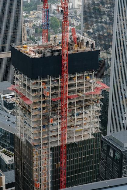 Budowa Nowoczesnego Wieżowca Z Dźwigami W Centrum Metropolii. Budowa Premium Zdjęcia