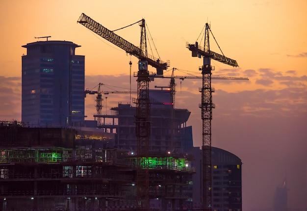 Budowa W Dubaj Przy Zmierzchem Premium Zdjęcia
