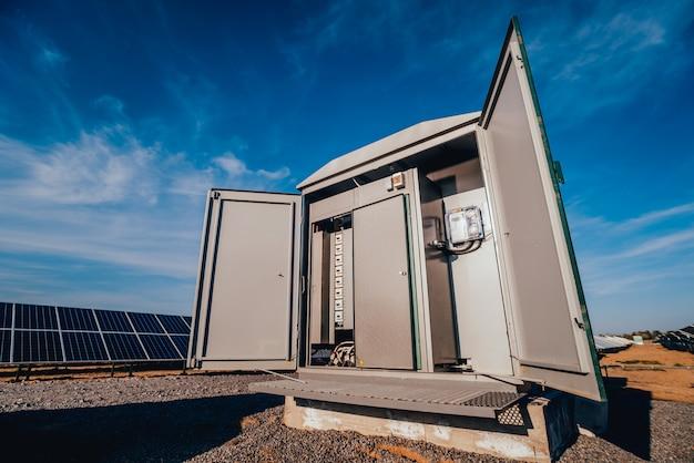 Budowanie Falownika I Magazynowanie Energii. Park Ogniw Słonecznych Premium Zdjęcia