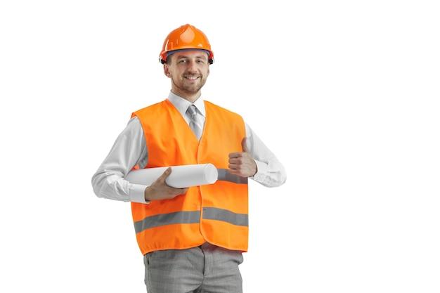 Budowniczy W Kamizelce Budowlanej I Pomarańczowym Hełmie Stojącym Na Białym Studio Darmowe Zdjęcia