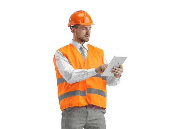Budowniczy W Kamizelce Budowlanej I Pomarańczowym Hełmie Z Tabletem. Darmowe Zdjęcia