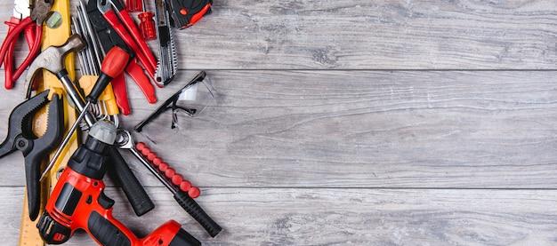 Budowy narzędzi ręcznych mieszkanie kłaść na drewnianym tle Premium Zdjęcia