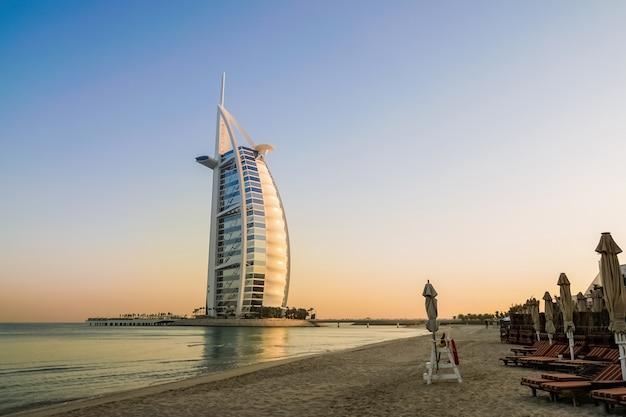 Budynek Burj Al Arab Na Plaży Premium Zdjęcia