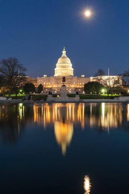 Budynek Kapitolu Stanów Zjednoczonych O Zmierzchu Z Super Odbiciem Księżyca W Pełni Z Dużym Basenem Premium Zdjęcia