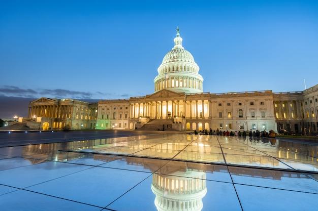 Budynek Kapitolu Stanów Zjednoczonych W Nocy W Waszyngtonie, Stany Zjednoczone Ameryki Premium Zdjęcia