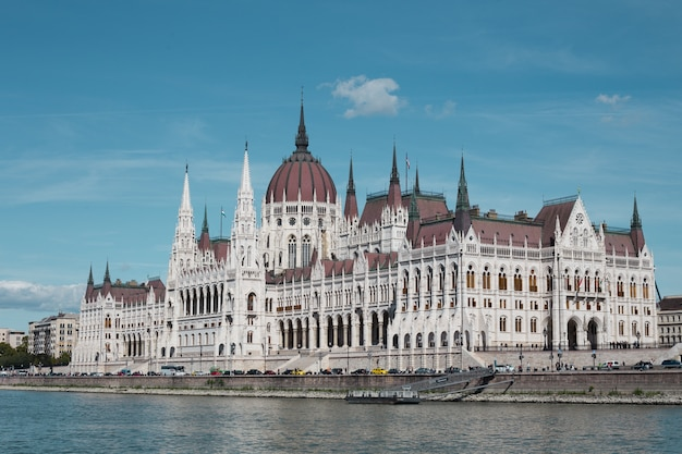 Budynek Parlamentu W Budapeszcie Po Południu Na Tle Jasnego Nieba Premium Zdjęcia