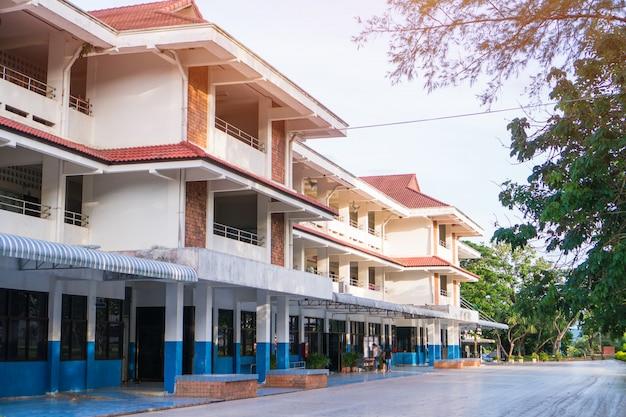 Budynek szkoły publicznej. widok szkoły średniej lub szkoły podstawowej z zielonym trawnikiem Premium Zdjęcia