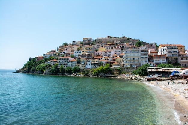 Budynki Miasta Kawala W Grecji Otoczone Wodą Darmowe Zdjęcia