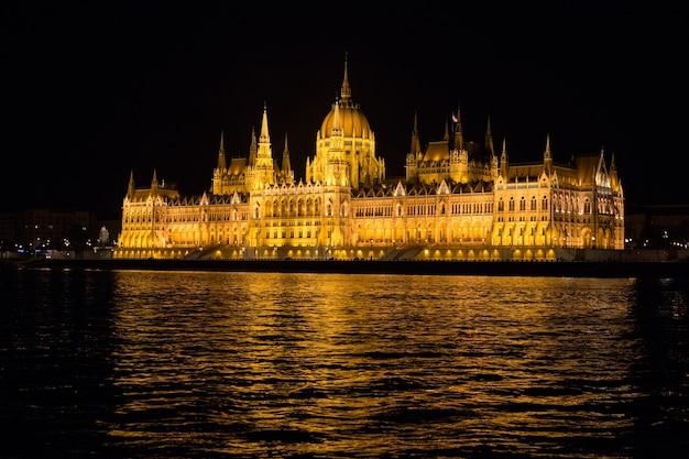 Budynki Parlamentu W Budapeszcie W Nocy Z Podświetleniem Premium Zdjęcia