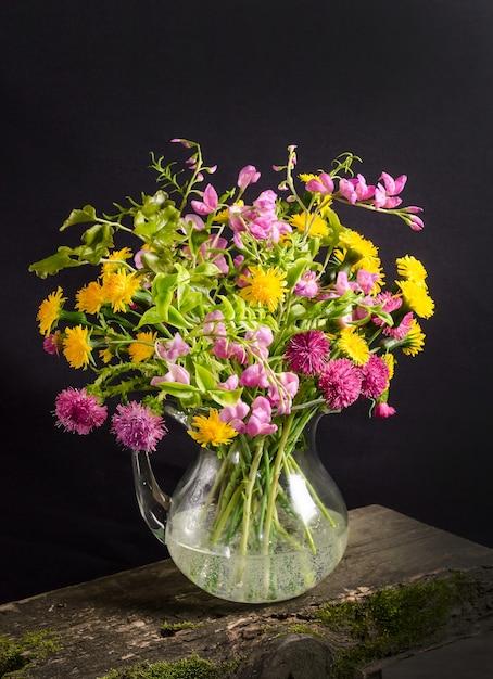 Bujny Bukiet Dzikich Kwiatów W Wazonie Na Czarnej Przestrzeni W Ciemnym Stylu, Kwiatowa Martwa Natura Premium Zdjęcia