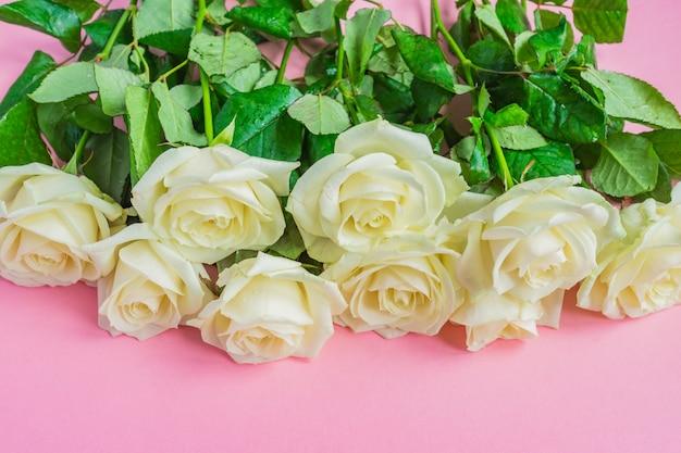 Bukiet Białych Róż Kwitnących Premium Zdjęcia