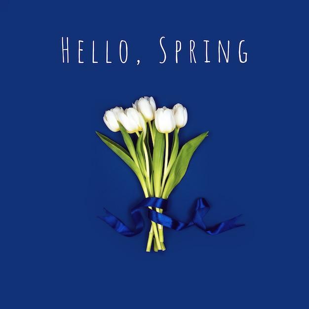 Bukiet Białych Tulipanów Przewiązanych Wstążką. Premium Zdjęcia