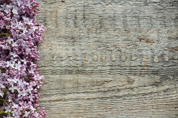 Bukiet bzów kwiaty na drewnianym tle. skopiuj miejsce. Premium Zdjęcia