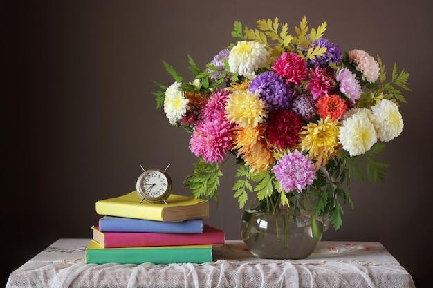 Bukiet i książka. powrót do szkoły. wrzesień 1. dzień nauczyciela. dzień wiedzy. Premium Zdjęcia