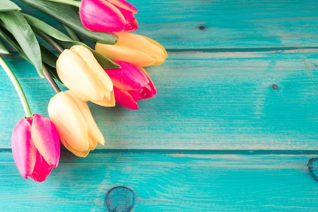 Bukiet Jasny Tulipany Na Drewnianym Stole Darmowe Zdjęcia