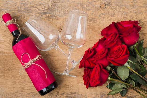 Bukiet kieliszków róż i butelka wina Darmowe Zdjęcia