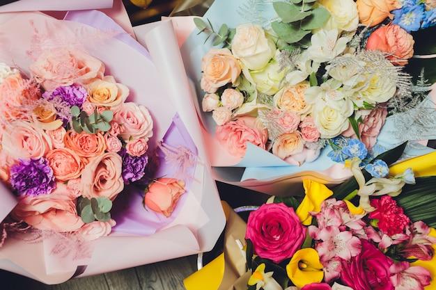 Bukiet Kolorowych Kwiatów. Róże Tulipany Urodziny, Wielkanoc, Dzień Matki, Walentynki, Pozdrowienia, Gratulacje. Premium Zdjęcia