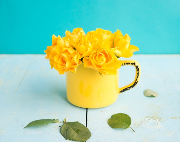 Bukiet Kolorowych Mini Róż W Wazonie Premium Zdjęcia