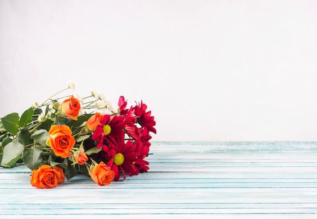 Bukiet Kwiatów Jasny Na Stole Darmowe Zdjęcia