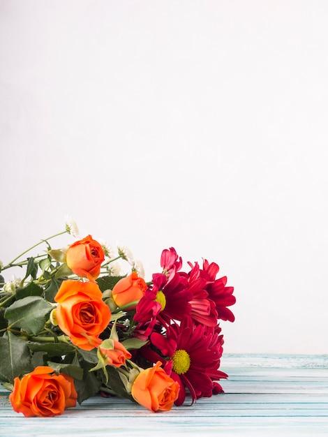 Bukiet kwiatów na stole Darmowe Zdjęcia
