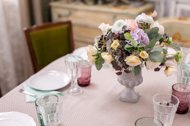 Bukiet Kwiatów W Wazonie Przy Stole Weselnym. Premium Zdjęcia