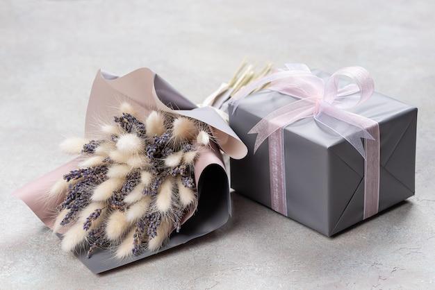 Bukiet Lawendy I Lagurusa W Szaro-fioletowym Opakowaniu Z Pudełkiem Prezentowym W Jednym Kolorze. Premium Zdjęcia