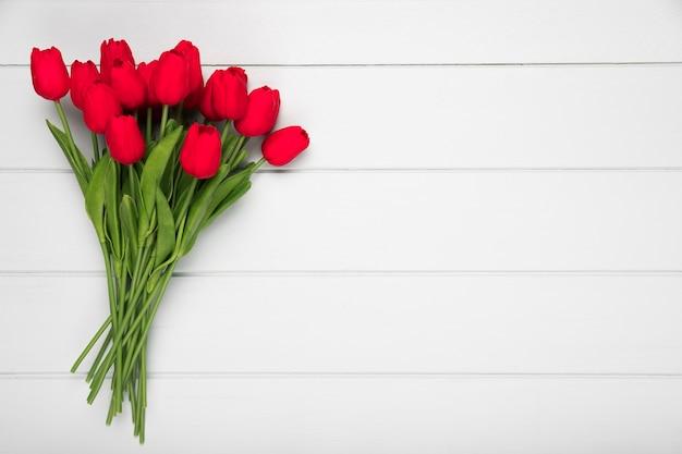 Bukiet Leżał Czerwone Tulipany Z Płaskim Miejsce Premium Zdjęcia
