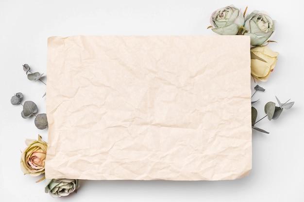 Bukiet Leżał Płasko Na Papierze I Różach Z Kopią Darmowe Zdjęcia